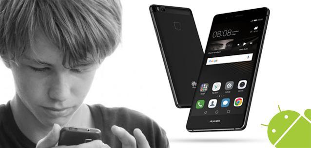 Dreng der kigger på sin Android mobiltelefon